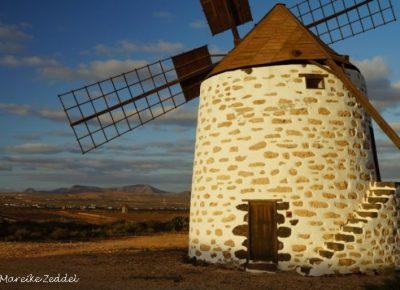 Einzelne Windmühle in Landschaft