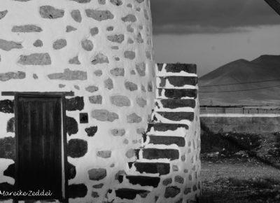 Treppen einer Windmühle in schwarz-weiß
