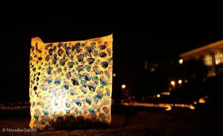 Tütenlampen beleuchten den Kieler Schlossgarten bei der Museumsnacht