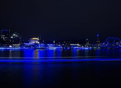 blau beleuchtete Landungsbrücken und Elbe bei Blue Port Hamburg