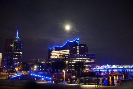 Elbphilharmonie Hamburg mit Vollmond bei Blue Port