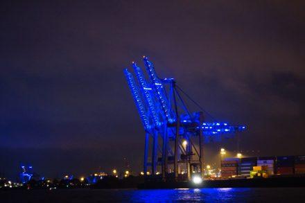 Blau beleuchtete Hafenkulisse Hamburg