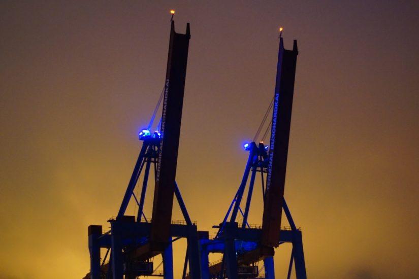 Zwei Kräne im Hamburger Hafen beleuchtet