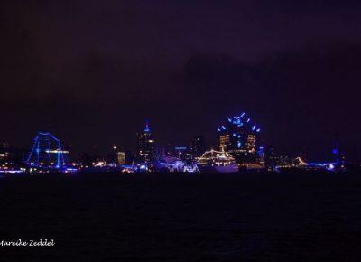 Blau beleuchtete Kulisse von Hamburg beim Blue Port