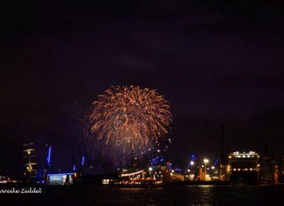 Feuerwerk über dem Hamburger Hafen beim Blue Port