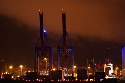 Beleuchtete Kräne Hamburger Hafen bei Wolkenhimmel