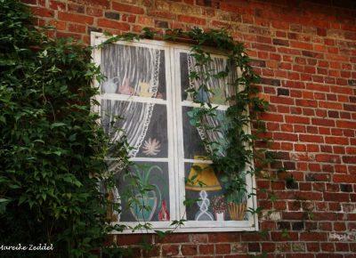 Fenster auf Mauer gemalt in der Altstadt von Ratzeburg