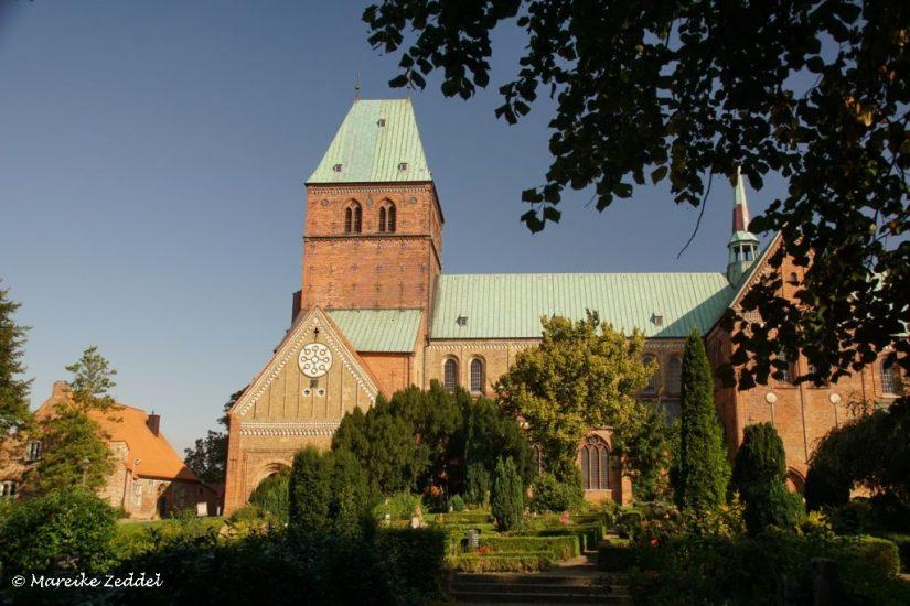 Blick auf Ratzeburger Dom von Friedhof aus