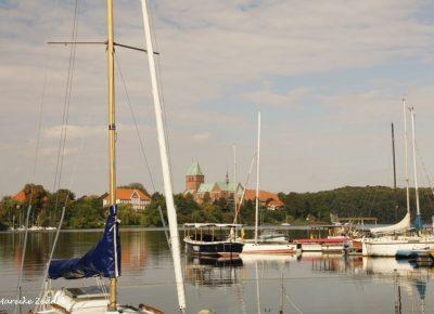Blick auf Dom über den Domsee in Ratzeburg mit Segelbooten