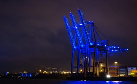 blau angestrahlte Kräne im Hamburger Hafen zum Blue Port