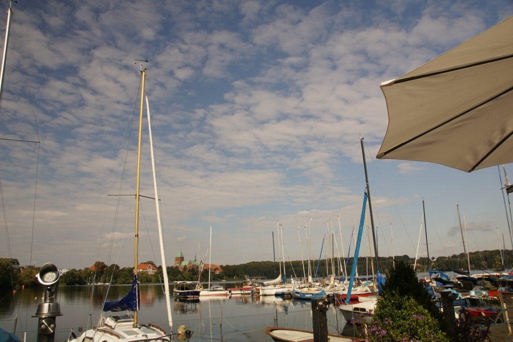 Segelboote auf dem Domsee und Ratzeburger Dom.