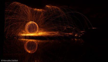 Ball mit Stahlwolle gezeichnet und Spiegelung im Wasser