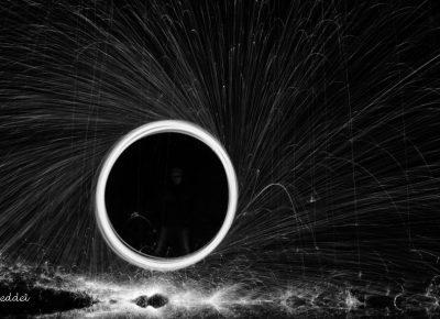 Runder Funkenflug der brennenden Stahlwolle in schwarz-weiß