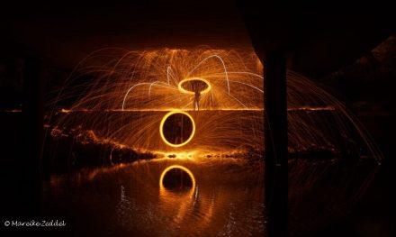 Zwei runde Lichtspuren mit Stahlwolle gezeichnet