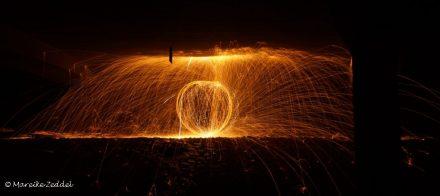 Ein Ball aus Lichtspuren durch Stahlwolle