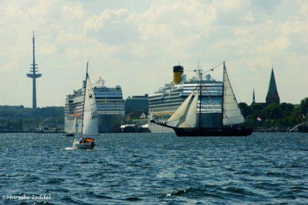Kreuzfahrtschiffe vor Kieler Kulisse