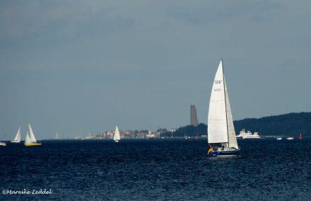 Segelboote und Blick auf Laboe